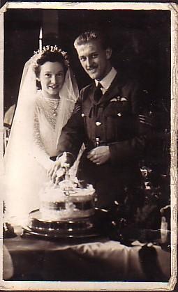 Win & Des wedding, cutting the cake
